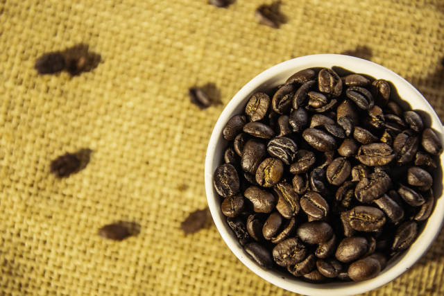 Weiße Tasse mit Kaffeebohnen