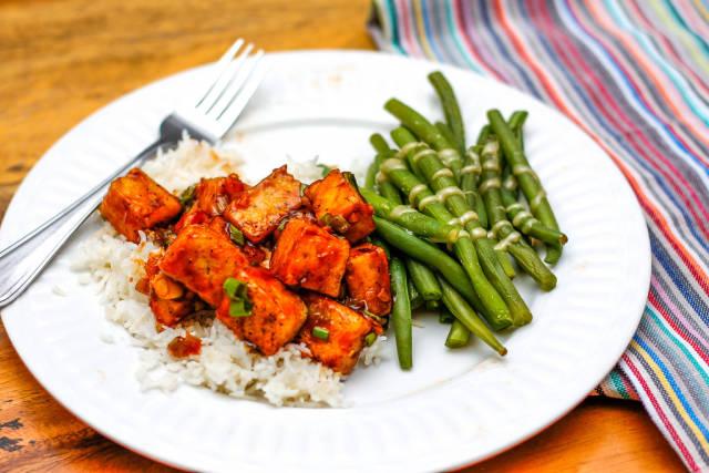 Tofu-Würfel mit Soße, Reis und Brechbohnen