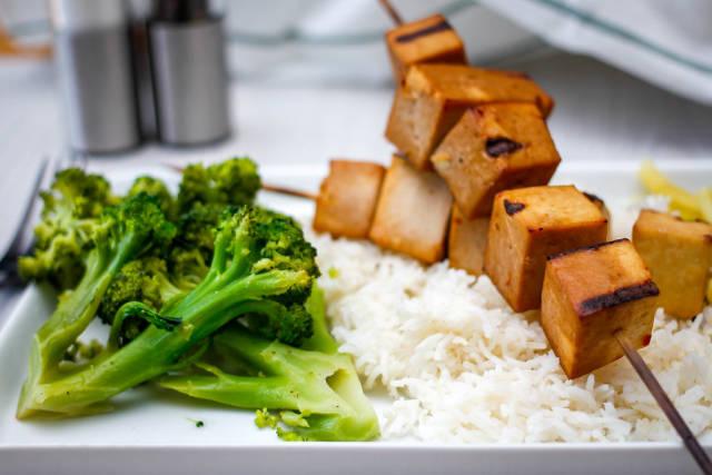 Tofu-Grillspieß mit Brokkoli und Reis
