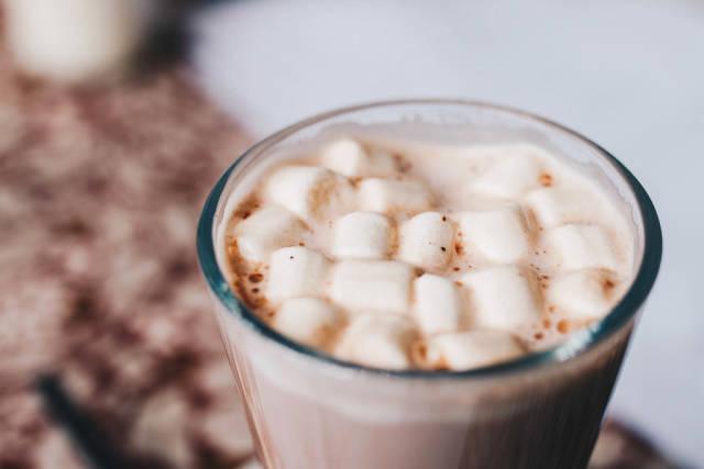 Nahaufnahme von heißer Schokolade mit Schaumzucker