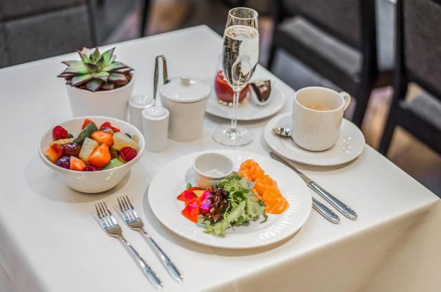 Serviertes Frühstück mit Obst und Lachs