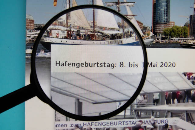 Hafengeburtstag Hamburg website on a computer screen with a magnifying glass