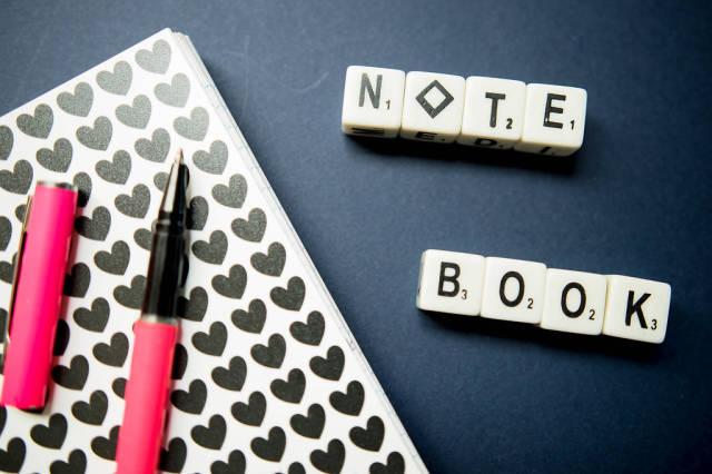 NOTE BOOK geschrieben mit Würfeln, kleines Notizbuch und Stift