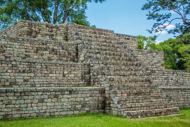 Stufenpyramide aus der Maya-Zeit