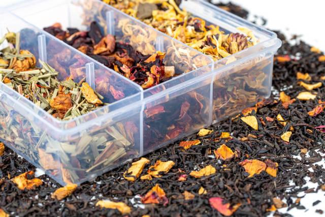 Nahaufnahme verschiedener Sorten von trockenem australischem Tee