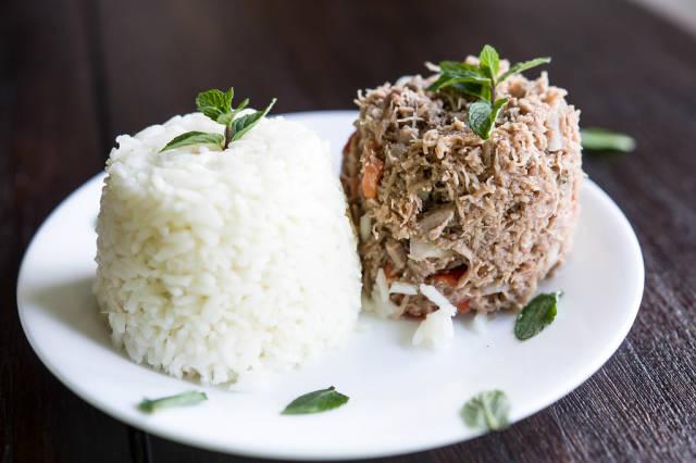 Salmagundi aus Fleisch und Reis