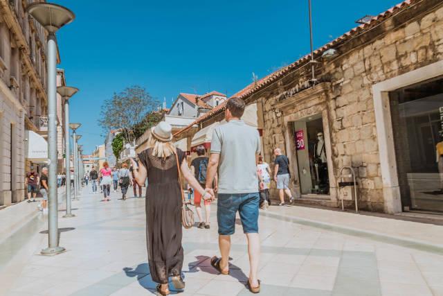 Pärchen spaziert händchenhaltend in Split, Kroatien