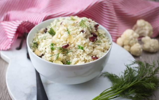 Reis mit Blumenkohl, Mandelraspeln und Cranberries in einer Schüssel