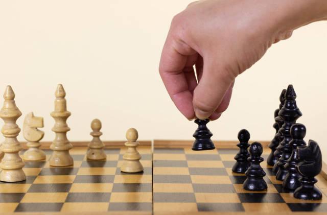 Hand bewegt eine Schachfigur