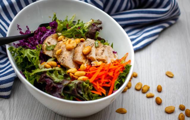Salat mit Hähnchenbrust und Erdnüssen