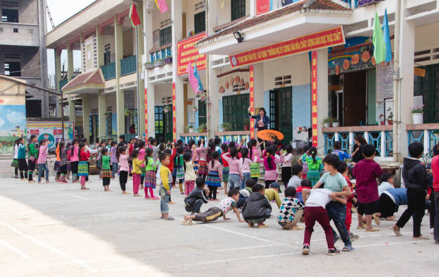 Kids  Waiting in Line at  School Sapa Vietnam .CR2