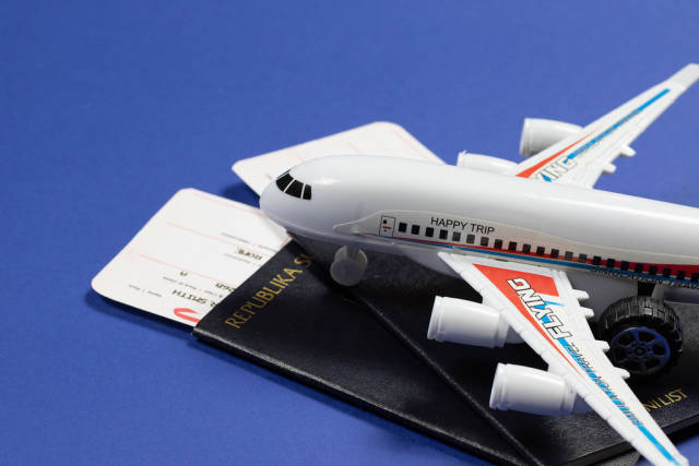 Flugzeug-Spielzeug und Reisepässe mit Flugtickets