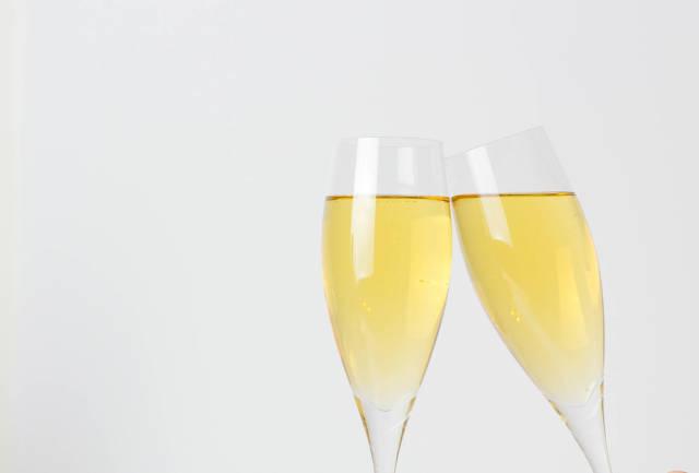 Volle Champagnergläser vor weißem Hintergrund