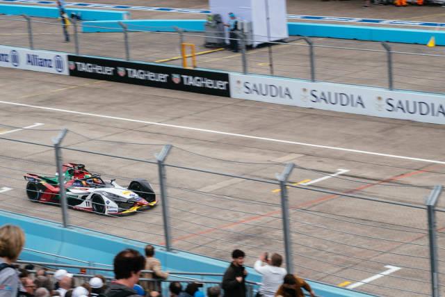 Vorderansicht des Rennautos von Lucas di Grassi, während des Formel-E Rennens in Berlin