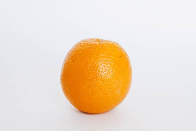 Orange vor weißem Hintergrund