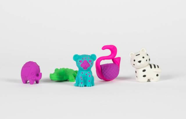 Bunte Spielzeug-Tiere vor weißem Hintergrund