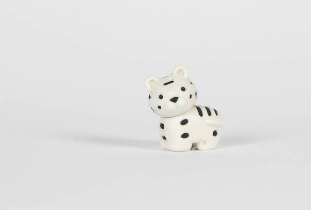 Weißes Spielzeug-Tiger vor weißem Hintergrund