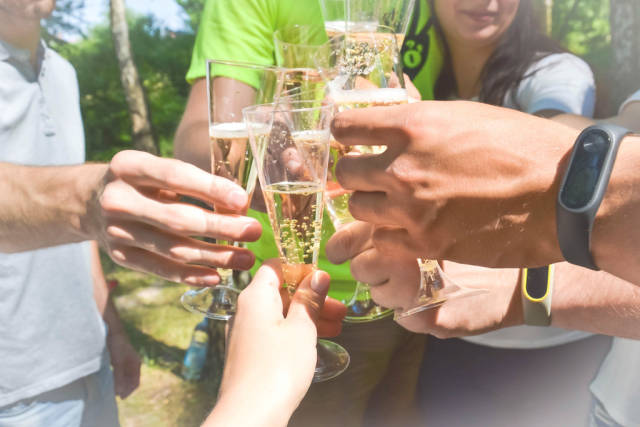 Party mit Freunden im Wald