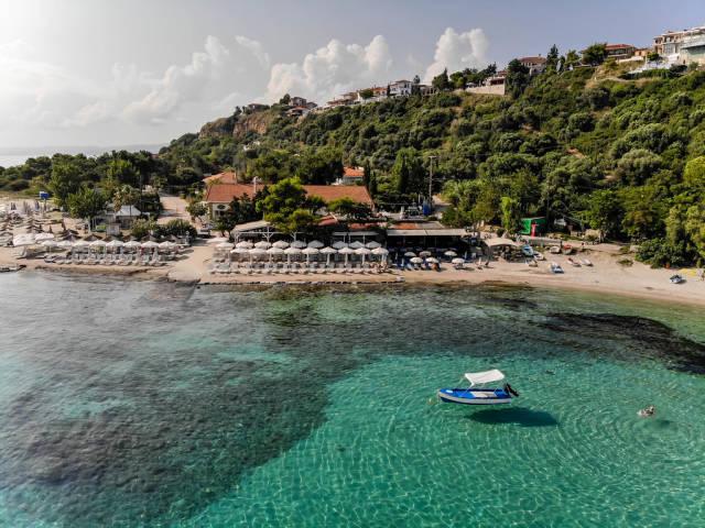 Luftbildaufnahme vom Strand in Afitos, Chalkidiki