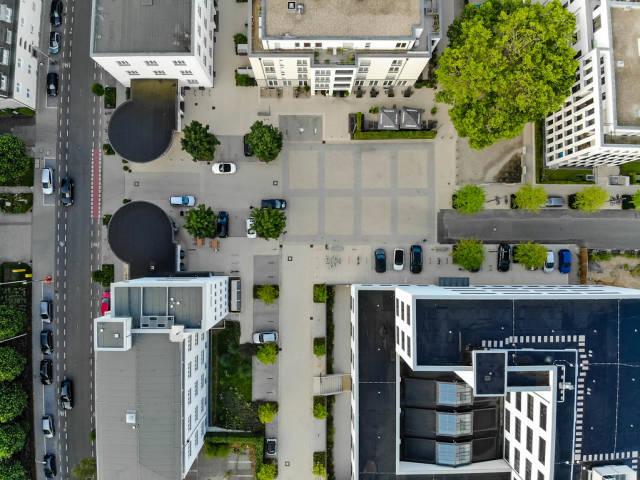 Betonierte Fläche zwischen mehreren Wohngebäuden aus der Vogelperspektive