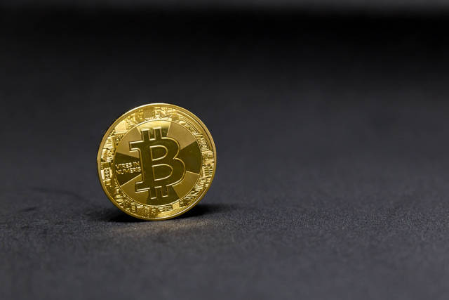 Bitcoin vor schwarzem Hintergrund