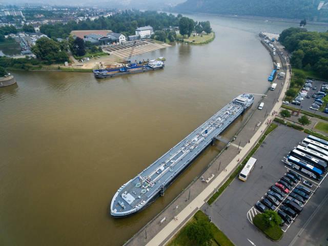 Binnentankschiff und das Wasser- und Schifffahrtsamt Koblenz im Hintergrund. Luftbildaufnahme