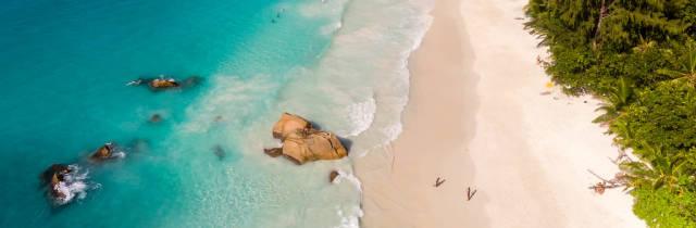 Luftaufnahme vom kristallklaren Wasser des Indischen Ozeans an der Küste von Anse Lazio auf der Seychelleninsel Praslin
