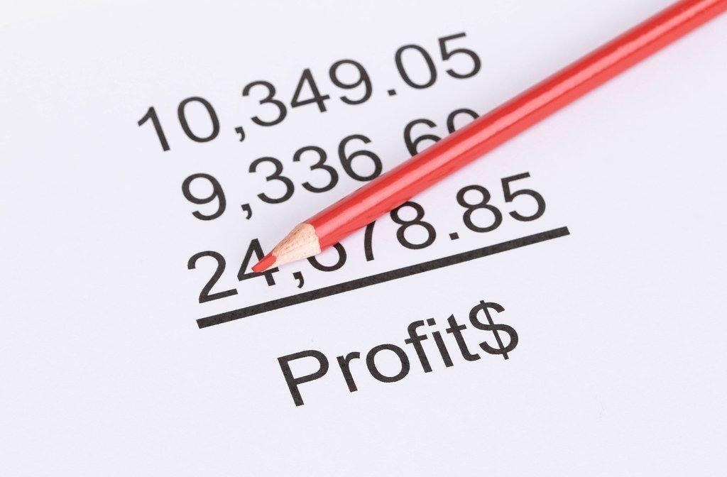 Gewinne und Investitionen mit rotem Stift berechnen