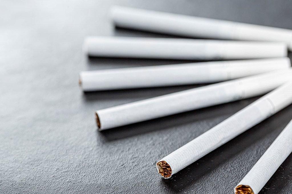 Zigaretten mit schwarzem Hintergrund in der Nahaufnahme