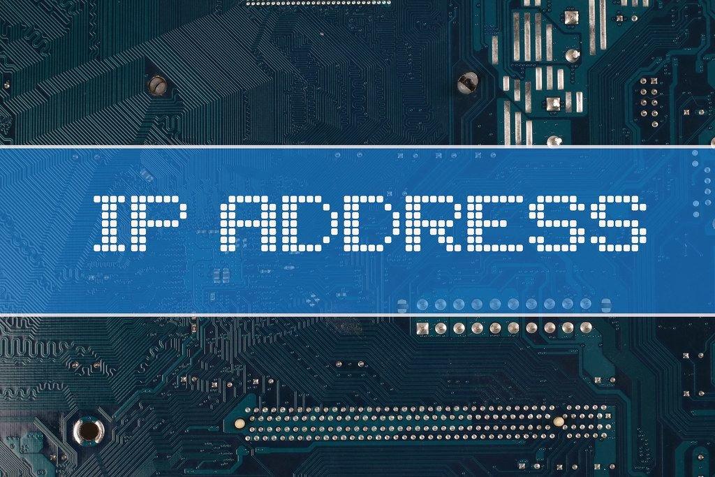 Text IP Address vor einer elektronischen Leiterplatte als Hintergrund