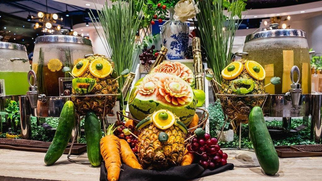 Dekorative Lebensmittelkunst zeigt Früchte als Figuren dargestellt