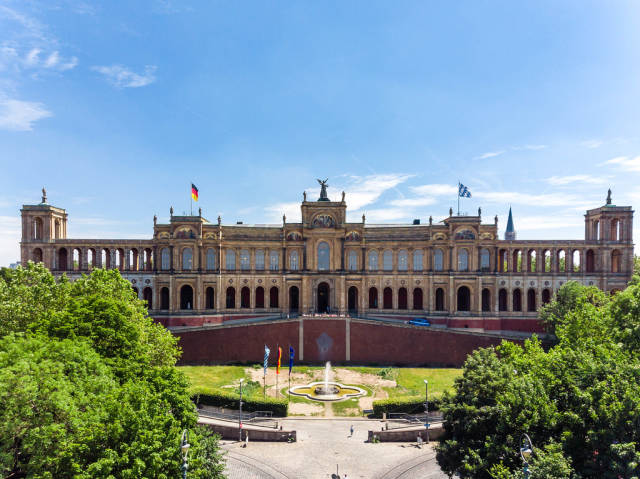 Blick auf den Eingang des Maximilianeum, mit seinem Springbrunnen, eine Sehenswürdigkeit in München