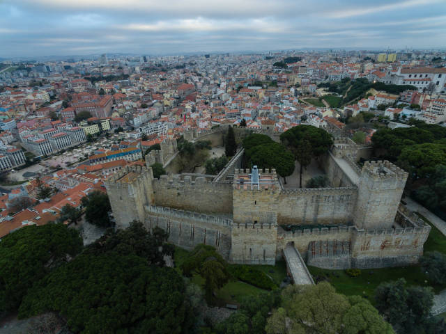 Die Festung Castelo de São Jorge in Lissabon, Portugal (Drohnenfoto)