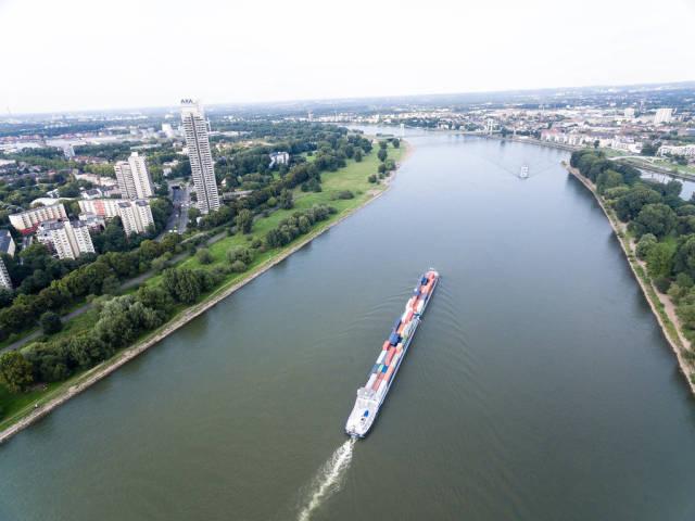Transportschiff am Rhein - Riehl, Köln