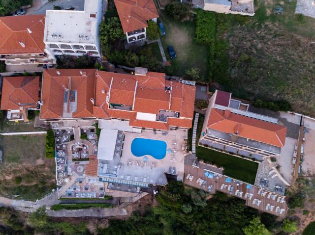 Rigas Hotel Afitos bei Abenddämmerung aus der Vogelperspektive