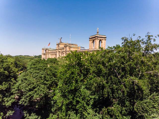 Luftbild über Bäume an der Auer Mühlbach, auf die Stiftung Maximilianeum in München