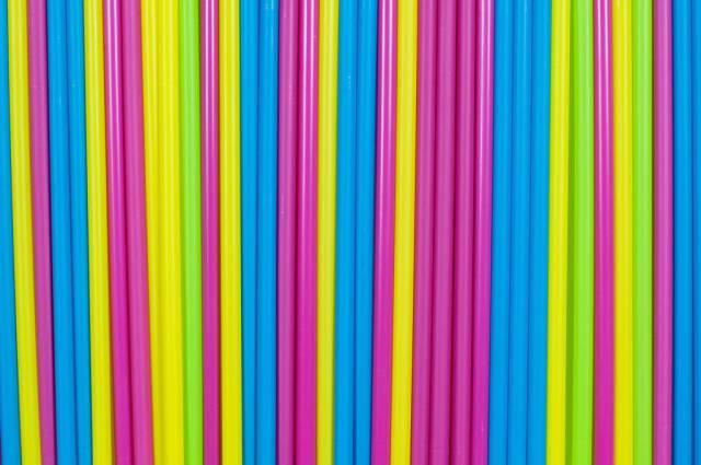 Trinkhalme in bunten Farben