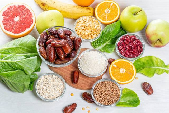 Sicht von oben auf bunte, farbenfrohe Zutaten für eine gesunde Ernährung