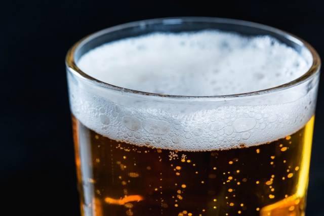 Bier im Glas mit leichtem Bierschaum
