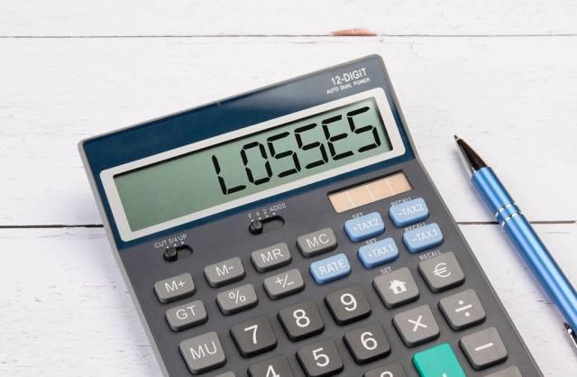 Taschenrechner zeigt das Wort Schäden / Verluste (losses) im Display an