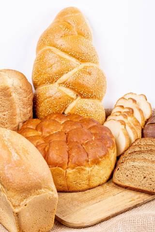 Verschiedene Brotsorten auf einem Tisch Hochformat