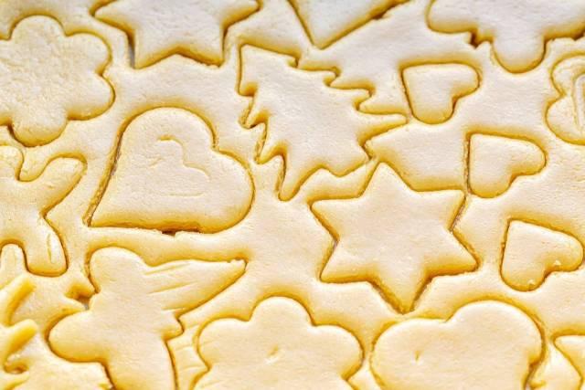 Nahaufnahme zeigt verschiedene Formen der Keksförmchen im rohen Teig