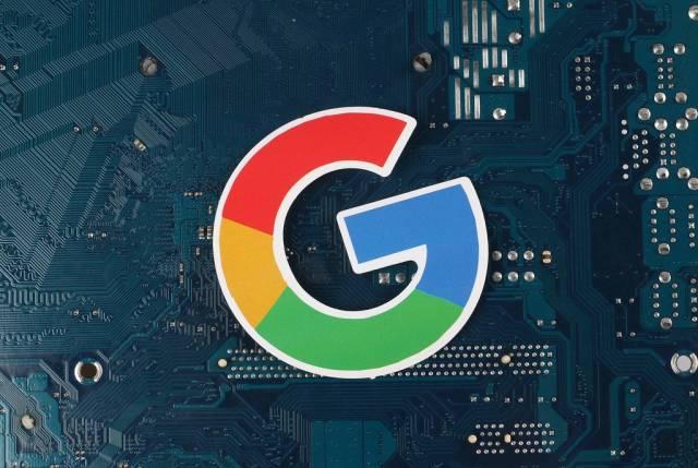 Google Logo vor einer elektronischen Leiterplatte
