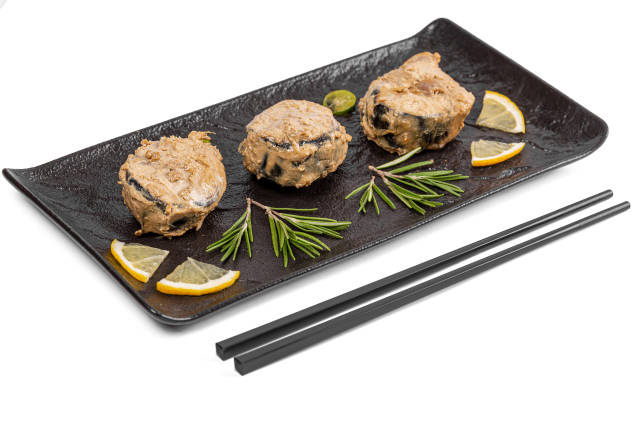 Mackerel slices baked in white sauce with rosemary and lemon