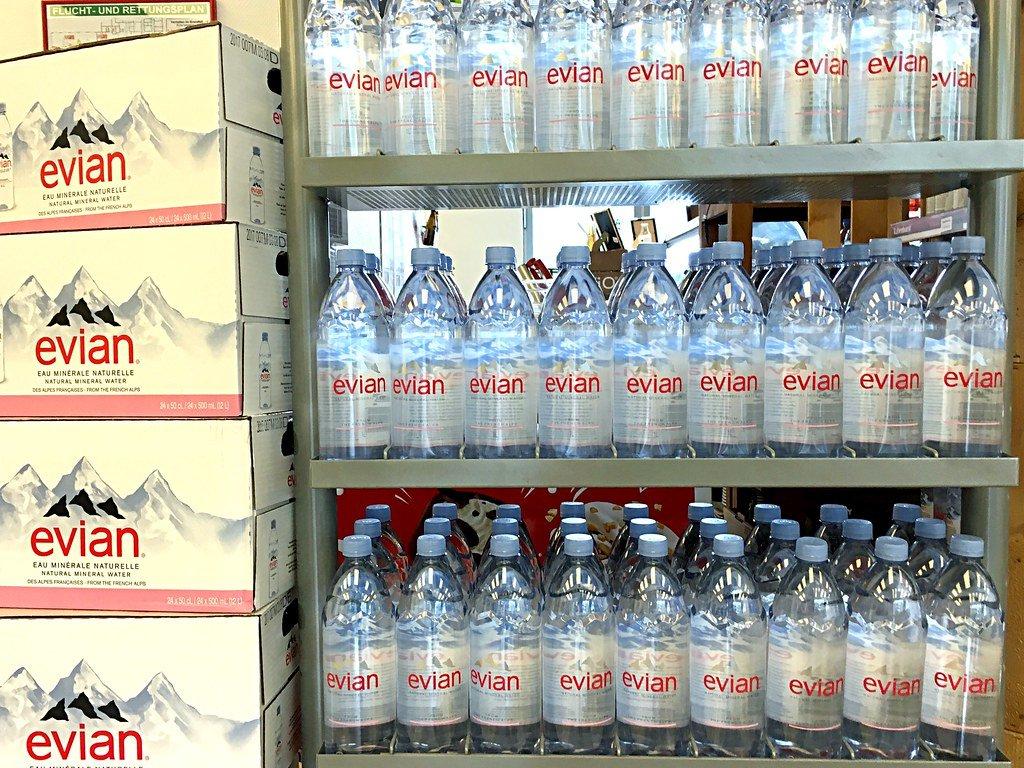 Flaschen mit Evian Mineralwasser