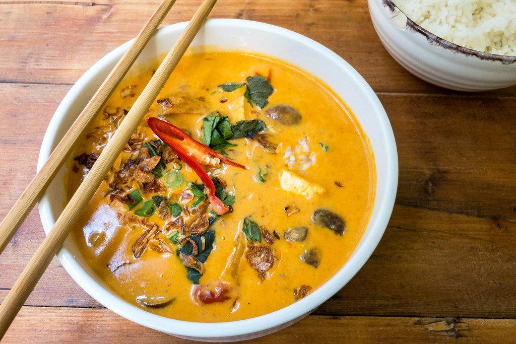 Nahaufnahme einer Schüssel vietnamesischer Currysuppe