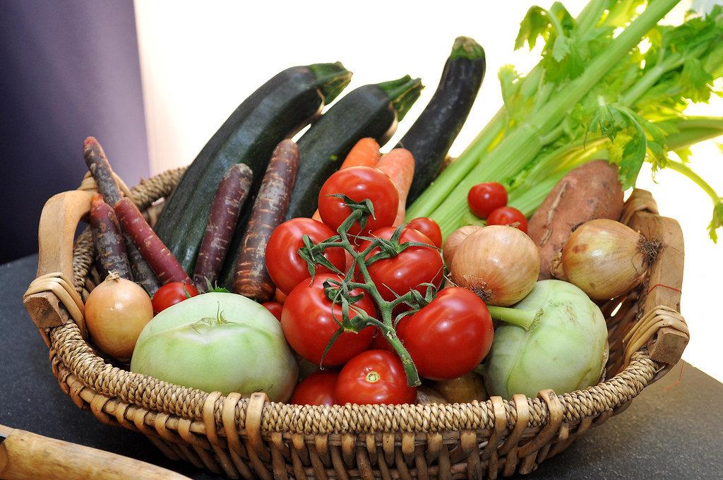 Korb mit Gemüse: Tomaten, Zwiebeln, Auberginen, Schwarzwurzeln, Rettich und Lauch