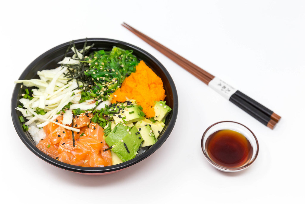Poke Bowl Lachs Teriyaki - mit Sushireis, Lachs, Avocado, Krautsalat, Wakame Salat, Wasago, Nori, Teriyaki-Sauce, Soja-Sauce, Sesam und Schnittlauch