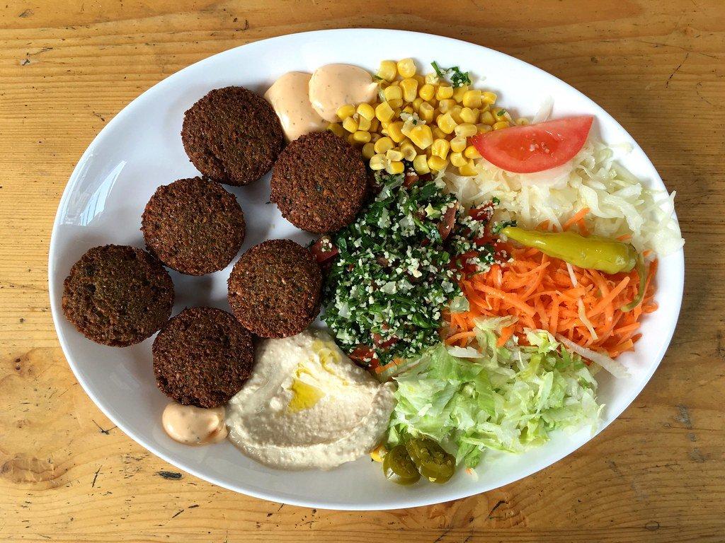 Falafel mit Salat und Humus