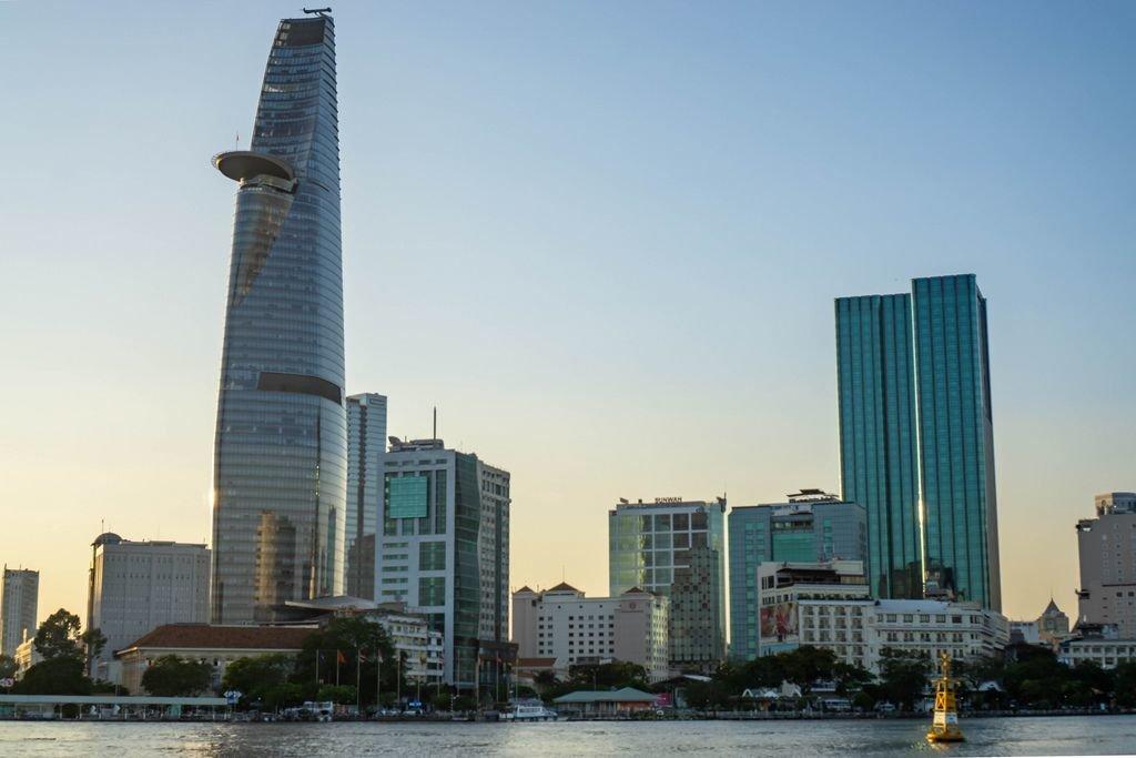 Blick auf den Bitexco Financial Tower und den District 1 in Ho Chi Minh City bei Sonnenuntergang von Aussichtspunkt